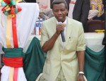 pastor enoch adeboye kneels in prayer